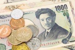Billet de banque et pièces de monnaie japonais de Yens d'argent Images stock