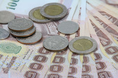 Billet de banque thaïlandais et pièces de monnaie thaïlandaises Images libres de droits