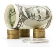 Billet de cinq dollars au-dessus de la pile de pièces de monnaie photos stock