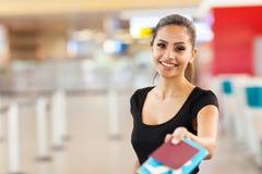 Billet de passeport de femme d'affaires Images libres de droits