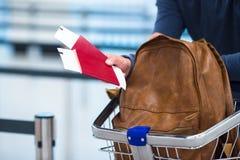 Billet de passeport et d'embarquement et un sac à dos dans Image stock