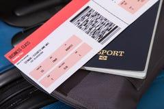 Billete de avión, pasaporte y equipaje Foto de archivo libre de regalías