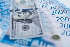 Billete de banco americano de 100 d?lares y 2000 rublos rusas Comercio, cooperaci?n o lucha del concepto imagen de archivo