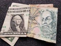 billete de banco americano de un dólar y billete de banco checo del korun 100
