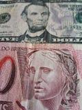 billete de banco brasileño de 10 reais y billetes de dólar del americano cinco, fondo y textura Imagen de archivo