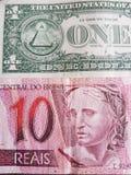billete de banco brasileño de 10 reais y billetes de dólar del americano uno, fondo y textura Fotografía de archivo libre de regalías