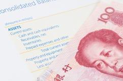 Billete de banco chino en el balance Imagen de archivo