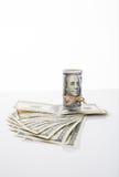 Billete de banco cientos dólares, atados con la cuerda Foto de archivo