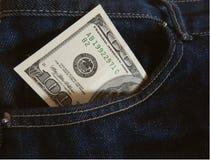 Billete de banco cientos dólares en bolsillo de los vaqueros fotos de archivo libres de regalías