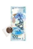Billete de banco conmemorativo y moneda dedicados a los Juegos Olímpicos en Sochi Foto de archivo libre de regalías