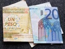 billete de banco cubano de un convertible del Peso y billete de banco europeo del euro veinte