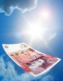 Billete de banco de cincuenta libras que cae Imagen de archivo libre de regalías
