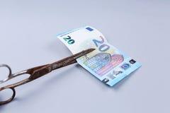 Billete de banco de los euros y tijeras Imagenes de archivo