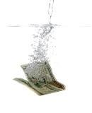 Billete de banco del dólar en agua y burbujas Imagen de archivo libre de regalías