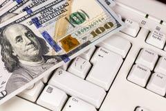 Billete de banco del dólar en el teclado Fotos de archivo