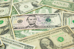 Billete de banco del dólar separado en la tierra Fotos de archivo