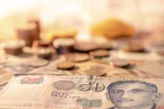 Billete de banco del dólar de Singapur y pila de las monedas Fotografía de archivo