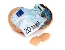 Billete de banco del euro 20 en cáscara de huevo Foto de archivo libre de regalías