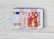Billete de banco del euro del chocolate 10 en el fondo de madera Imagen de archivo