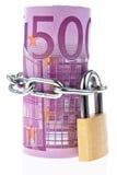 Billete de banco euro cerrado con un encadenamiento Imagenes de archivo