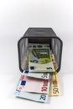 Billete de banco euro en cesta del metal imágenes de archivo libres de regalías