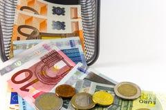 Billete de banco euro en cesta del metal fotografía de archivo