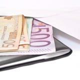 Billete de banco euro en un sobre de la carta. Imagenes de archivo