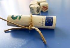 billete de banco euro rodado en un fondo azul imagen de archivo