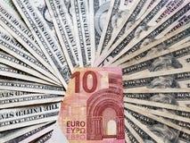 billete de banco europeo de diez euro y fondo con las cuentas de dólares americanas