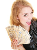 Billete de banco feliz del dinero de la moneda del pulimento de la tenencia de la mujer Fotos de archivo libres de regalías