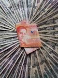 billete de banco filipino de veinte Pesos y fondos con las cuentas de dólares americanas