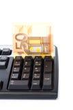 Billete de banco insertado en el teclado para el pago en línea Fotografía de archivo libre de regalías