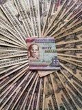 billete de banco jamaicano de cincuenta dólares y fondos con las cuentas de dólares americanas