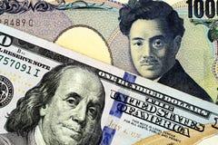 Billete de banco japonés de mil yenes con cientos billetes de dólar americano fotos de archivo
