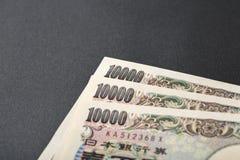 Billete de banco japonés 10000 yenes en fondo negro Imágenes de archivo libres de regalías