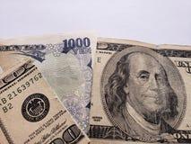 billete de banco japonés de 1000 yenes y billete de banco americano quebrado de 100 dólares fotos de archivo libres de regalías