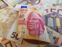billete de banco mexicano y fondo de 100 Pesos con los billetes de banco euro Imagen de archivo