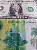 billete de banco nicaragüense de 10 cordobas y billete de banco del dólar, fondo y textura americanos Imágenes de archivo libres de regalías