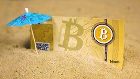 Billete de banco pegado en arena cerca del paraguas decorativo almacen de metraje de vídeo