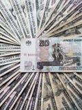 billete de banco ruso de cincuenta rublos y fondos con las cuentas de dólares americanas