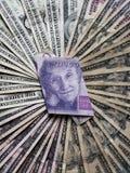 billete de banco sueco de veinte coronas y fondos con las cuentas de dólares americanas