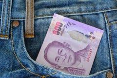 billete de banco tailandés 500 en bolsillo de los tejanos del men s Imagenes de archivo
