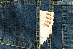Billete de banco tailandés en bolsillo de los vaqueros Foto de archivo libre de regalías
