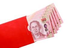 Billete de banco tailandés en el sobre rojo para el regalo chino del Año Nuevo Fotos de archivo