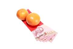 Billete de banco tailandés en sobre rojo y naranjas para el regalo chino del Año Nuevo Imágenes de archivo libres de regalías
