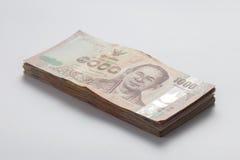 Billete de banco tailandés 1000 en todavía del fondo la vida blanca Imagenes de archivo