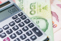 Billete de banco y calculadora Foto de archivo