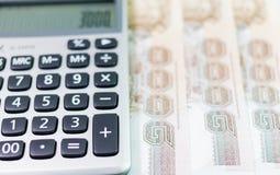 Billete de banco y calculadora Imagenes de archivo