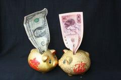 Billete de banco y China Yuan de la cuenta de dólar de EE. UU. Foto de archivo