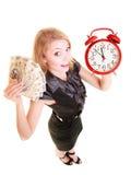 Billete de banco y despertador del dinero del pulimento de la tenencia de la mujer Imagen de archivo
